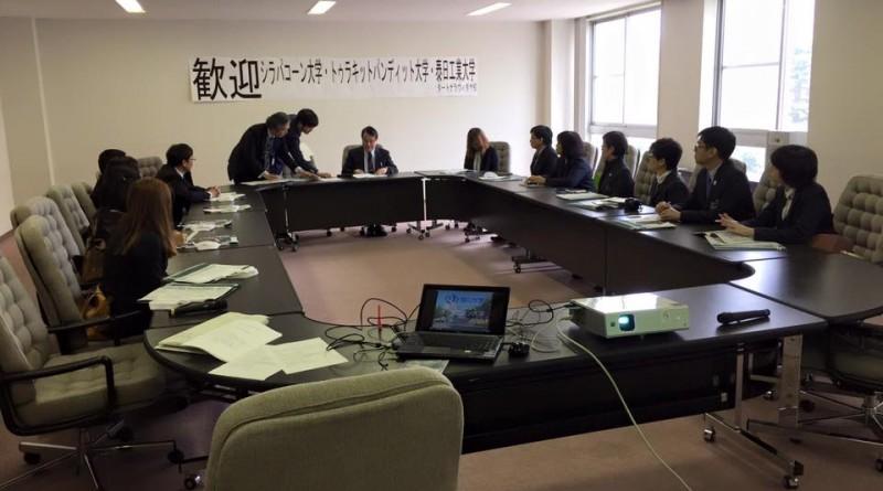 การร่วมลงนามMOU โดยมีเทศบาลเมืองฮิกาชิคาวะกับ2มหาวิทยาลัย 1สถาบัน และ1โรงเรียน